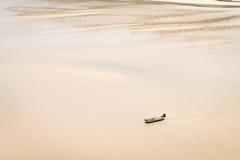 Litet fartyg som är ensamt på den sandiga golfen Royaltyfria Bilder