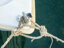 Litet fartyg som förtöjer rep Arkivbilder