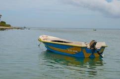 Litet fartyg som parkeras i lagun i carmhavsvatten Royaltyfria Bilder