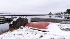 Litet fartyg under snö Arkivfoton