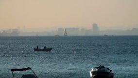 Litet fisherfartyg i havet arkivfilmer