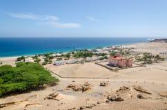 Litet fiskeläge Mucuio med att dominera portugisisk kolonial byggnad i Angola Royaltyfria Foton