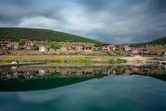 Litet fiskeläge på sjön Prespa, Florina, Grekland Arkivbilder