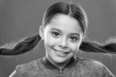 litet flickabarn Fris?r f?r ungar Ungemode och sportswear Barndomlycka familj Barns dag Lyckligt royaltyfria bilder