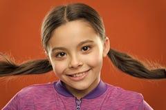 litet flickabarn Fris?r f?r ungar Ungemode och sportswear Barndomlycka familj Barns dag Lyckligt fotografering för bildbyråer