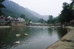 Litet flodpasserande till och med dalen Fotografering för Bildbyråer