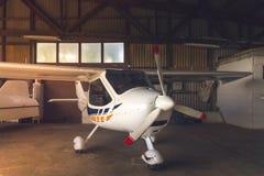 Litet flygplan i en hangar Royaltyfria Bilder