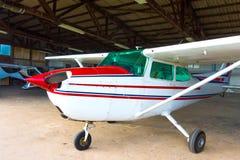 Litet flygplan i en hangar Royaltyfri Bild