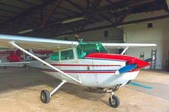 Litet flygplan i en hangar Arkivfoton