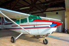 Litet flygplan i en hangar Royaltyfria Foton