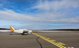 Litet flygplan i en liten flygplats arkivbilder