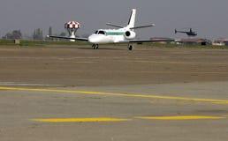 Litet flygplan på flygplatsen royaltyfri fotografi