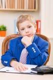 Litet fundersamt pojkesammanträde på skrivbordet Royaltyfria Foton