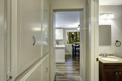 Litet gå-till och med med den inbyggde kabinetter och utgången till badrummet Royaltyfria Foton