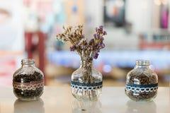 Litet genomskinligt vaser och kaffe Arkivfoto