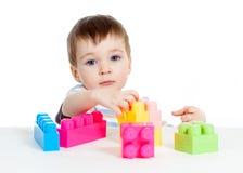 Litet gladlynt barn med konstruktionsuppsättningen över Arkivbilder