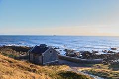 Litet granithus bredvid Nordsjönklippan i Aberdeen Skottland Arkivbild