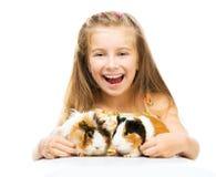 Litet gulligt behandla som ett barn flickan med försökskaniner Arkivbild