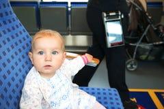 Litet gulligt behandla som ett barn med blåa ögon som reser Royaltyfria Bilder