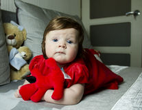 Litet gulligt behandla som ett barn med leksaker fotografering för bildbyråer