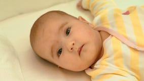 Litet gulligt nyfött behandla som ett barn att ligga i hans kåta arkivfilmer