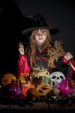 Litet gulligt pass för halloween häxaläsning ovanför krukan Royaltyfri Fotografi