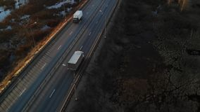 Litet halvt lastbildrev på motorwayen levererar last till klienten stock video