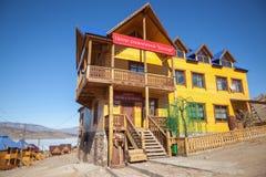 Litet hav, Lake Baikal, Ryssland - mars 20, 2014: Campa-hotell Arkivbild