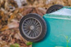 Litet hjul av det gamla gr?na facket royaltyfri bild
