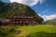 Litet hotell mellan berg, Sognefjord, Norge Arkivfoto