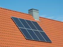 Litet hus för solpaneler Arkivfoto