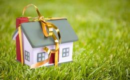 Litet hus för leksak med en guld- pilbåge Royaltyfri Bild