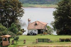 Litet hus i bygden av Colombia arkivfoton