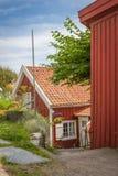 Litet hus i byn Smögen på den svenska västkusten Royaltyfri Fotografi
