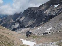 Litet hus i dalen av de schweiziska fjällängarna Royaltyfria Foton