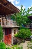 Litet hus i den moldaviska byn Arkivfoton
