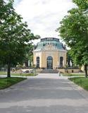 Litet hus i den Schonbrunn zoo royaltyfria bilder