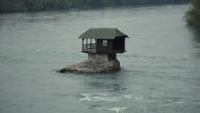 Litet hus i floden som står på en sten lager videofilmer