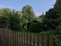Litet hus i trädgård Royaltyfria Foton