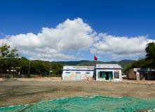 Litet hus med det höga berget Fotografering för Bildbyråer