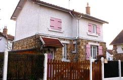 Litet hus med rosa färgslutaren Royaltyfria Bilder