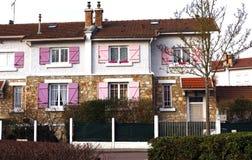 Litet hus med rosa färgslutaren Arkivbilder