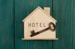 litet hus med text & x22; HOTEL& x22; och tangent royaltyfria bilder