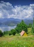 Litet hus nära sjön av Bicaz, Rumänien Royaltyfri Bild