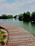 Litet hus ner vid floden Fotografering för Bildbyråer