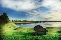 Litet hus nära sjön Arkivfoton