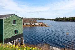 Litet hus ovanför vattnet Royaltyfria Foton