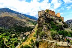 Litet hus på överkanten av ett berg i Korsika royaltyfri fotografi