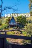 Litet hus på det Hollywood tecknet - KALIFORNIEN, USA - MARS 18, 2019 fotografering för bildbyråer