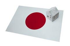 Litet hus på en flagga - Japan Arkivbild